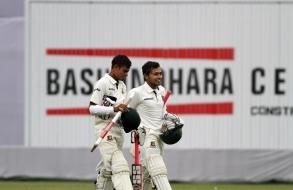 bashundhara-group-vice-chairman-shafiat-sobhan-sanvir-hands-over-prize-to-taijul_03
