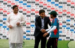 bashundhara-group-vice-chairman-shafiat-sobhan-sanvir-hands-over-prize-to-taijul_04