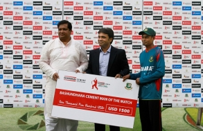 bashundhara-group-vice-chairman-shafiat-sobhan-sanvir-hands-over-prize-to-taijul_06