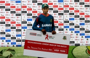 bashundhara-group-vice-chairman-shafiat-sobhan-sanvir-hands-over-prize-to-taijul_07